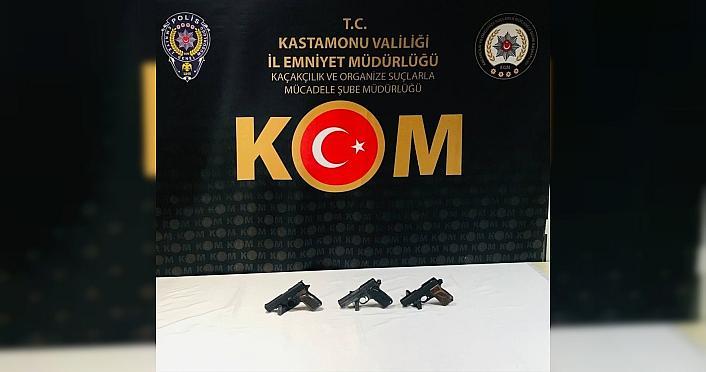 Kastamonu'da sırt çantasında 3 tabanca bulunan...