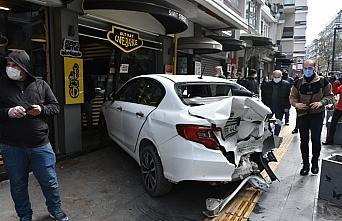 Samsun Çiftlik caddesinde cipin çarptığı otomobil kafeye girdi: 4 yaralı