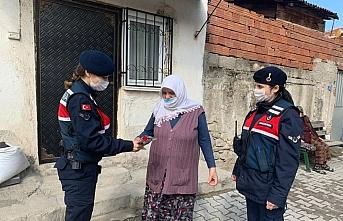 Samsun'da jandarmadan kadınlara karanfil