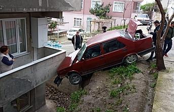 Park halindeyken hareket eden otomobil bir evin balkonuna çarptı