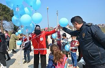 Akçakoca'da otizme dikkati çekmek için gökyüzüne mavi balonlar bırakıldı