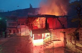 Amasya'da iki katlı ahşap ev yanarak kullanılamaz hale geldi