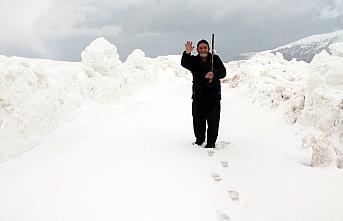 Bayburt ile Trabzon arasındaki 2 bin 330 rakımlı Soğanlı Geçidi'nde zorlu karla mücadele çalışması sürüyor