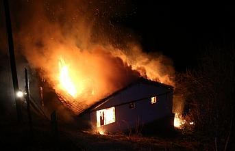 Bolu'da çıkan yangında iki katlı ahşap ev kullanılamaz...