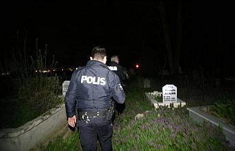 Bolu'da polis 1 saat boyunca mezarların arasında...