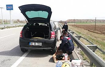 Çorum'da araçlarının lastiği patlayan yaşlı çifte jandarmadan yardım eli