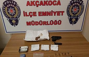 Düzce'de denetimlerde maske kutusu içerisine gizledikleri uyuşturucuyla yakalanan 2 şüpheliden biri tutuklandı