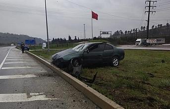 Düzce'de kaza yapan sürücüyü haberden dönen gazeteciler kurtardı
