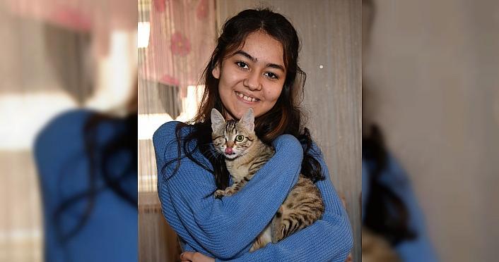 Giresun'da lise öğrencisi yaralı bulduğu kediyi tedavi ettirip sahiplendi