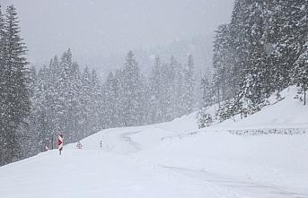 Ilgaz Dağı ve Yaralıgöz Geçidi'nde yoğun kar yağışı ulaşımı olumsuz etkiliyor