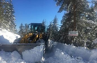 Kastamonu'da ekipler, ilkbaharda da karla mücadele ediyor