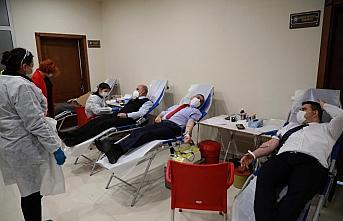 Rize Valisi Kemal Çeber, kan bağışı kampanyasına...