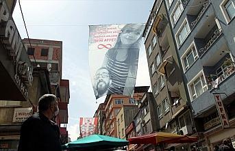Samsun'da bir kişi 2 aydır konuşmadığı eşinden 10 metrelik pankartla özür diledi