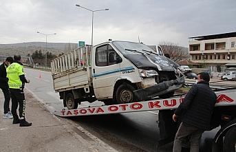 Taşova'da kamyonet ile otomobil çarpıştı: 2 yaralı