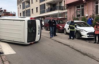 Zonguldak'ta park halindeki otomobile çarparak devrilen hafif ticari aracın sürücüsü yaralandı