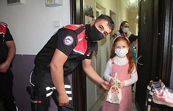 Amasya'da polis ve öğretmenler kapı kapı gezerek çocuklara bayram hediyesi dağıttı