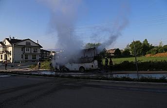 Bolu'da park halindeyken yanan midibüs kullanılmaz...