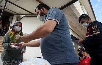 Düzce'de jandarma ekipleri nakdi yardımları ihtiyaç sahiplerine ulaştırıyor
