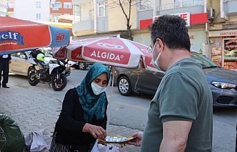 Giresun Valisi Ünlü, pazarcı kadınların ellerinde kalan ürünü satın aldı