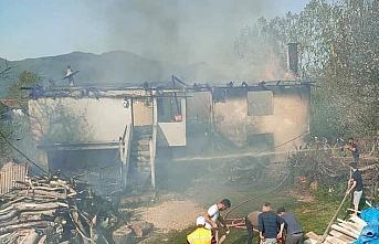 Karabük'te ev ve samanlıkta çıkan yangın söndürüldü