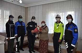Karabük'te kadın polislerden Anneler Günü ziyareti