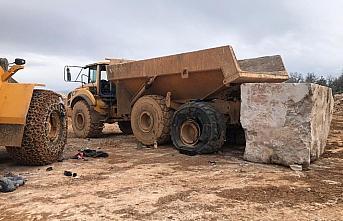 Karabük'te mermer ocağında kullanılan dev kamyonunun lastiği patladı: 2 yaralı