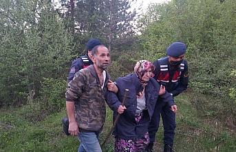 Kastamonu'da donmak üzereyken bulunan yaşlı kadını jandarma personeli sırtında taşıdı