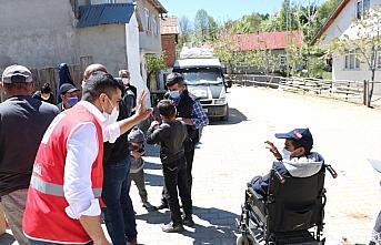 Kastamonu'da Türk Kızılay ekipleri çocuklara götürdüğü bayramlıkla mutlu etti