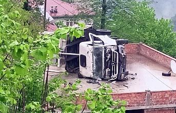 Ordu'da virajda kontrolden çıkan kamyon, yolun alt kısmındaki evin üzerine devrildi