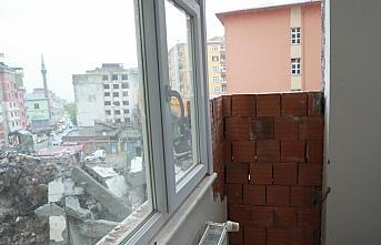 Rize'de, yol genişleme çalışması için bir binanın...