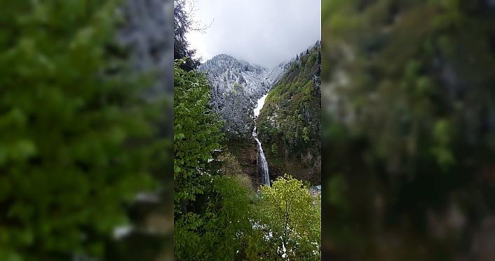 Rize'nin yüksek rakımlı yaylalarına kar yağdı
