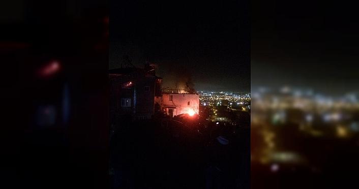 Samsun'da çıkan yangında 2 evin çatı katı zarar gördü