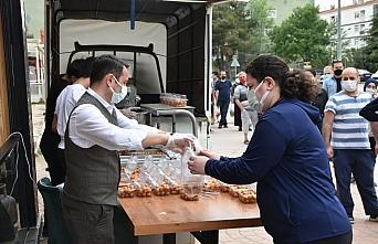 Samsun'da esnaftan vatandaşlara pide ve tatlı ikramı
