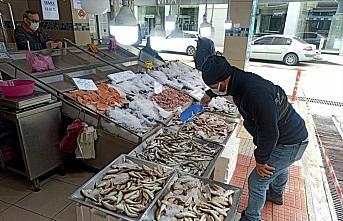 Sinop'ta kısıtlama günlerinde balık tezgahları...