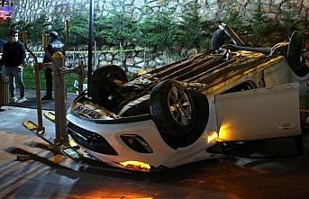 Tokat'ta site bahçesine düşen otomobildeki 2 kişi yaralandı