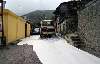 Torul'da cadde ve sokaklar köpüklü suyla yıkandı