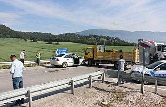 Bolu'da otomobil ile kamyon çarpıştı: 4 yaralı
