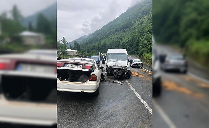 Trabzon'da otomobil ile minibüs çarpıştı: 1 ölü