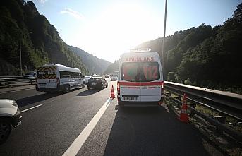 Anadolu Otoyolu Düzce kesiminde iki araç çapıştı:  3 yaralı
