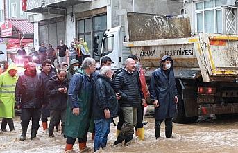 İçişleri Bakanı Soylu, Arhavi'de yeniden su basan iki mahallede incelemelerde bulundu