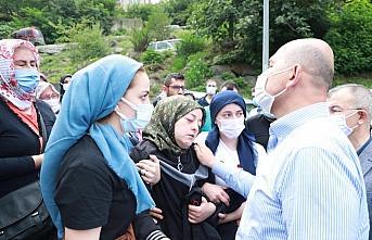 İçişleri Bakanı Süleyman Soylu, Murgul'daki selde hayatını kaybeden kişinin cenaze törenine katıldı