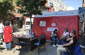 Karabük'te sağlık çalışanları aşı ve bilgilendirme çadırıyla farkındalığı artırmaya çalışıyor