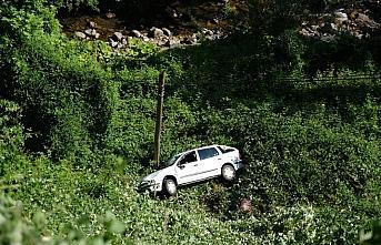 Kastamonu'da çaya devrilen otomobiln sürücüsü yaralandı