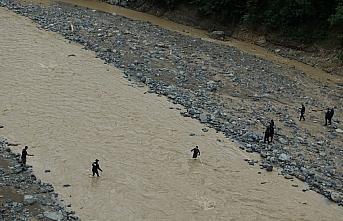 Murgul'daki selde kaybolan kişiyi arama çalışmaları sürüyor