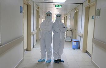 Doktor anne kız omuz omuza Kovid-19 hastalarını iyileştirmeye çalışıyor