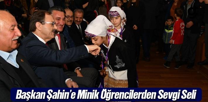 Başkan Şahin'e Minik Öğrencilerden Sevgi Seli