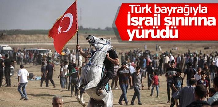 Filistinli genç İsrail'i Türk bayrağıyla protesto...